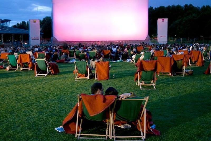 """Le Cinéma est dans le pré"""", projection d'un film en plein air."""
